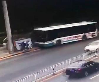 バスが暴走