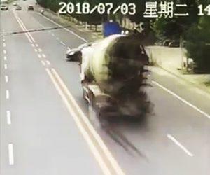 ミキサー車が横転