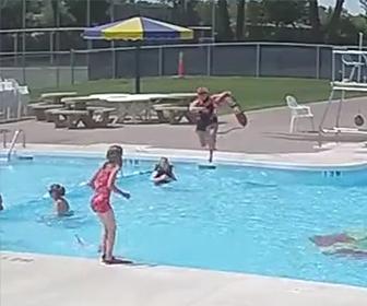 プールで溺れる少年を助ける