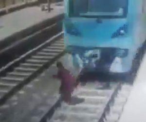 電車に飛び込む女性