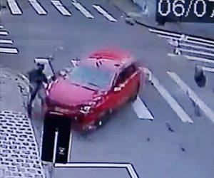 事故でバイカーが吹き飛ぶ