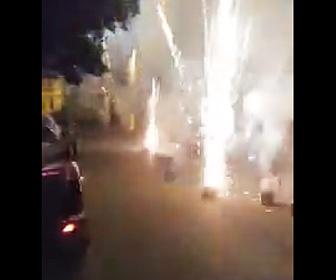 路地で打ち上げ花火