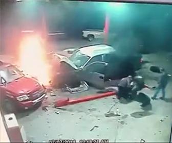 ガソリンスタンドに突っ込む
