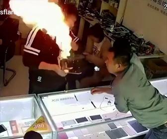 携帯電話のバッテリーが火を吹く