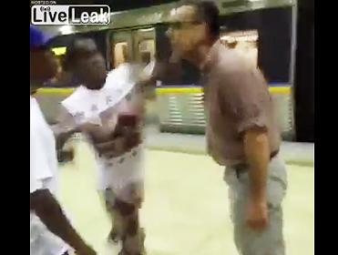 人種差別男が殴られる