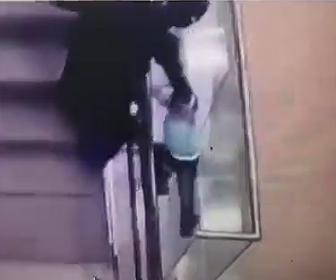 エスカレーターから落下