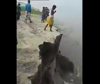 男性が崖から落下