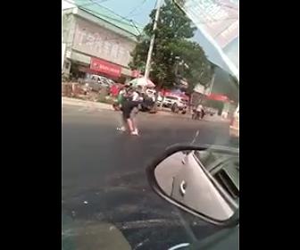 中国で道が溶け靴がくっつく