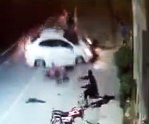 猛スピードの車が人に突っ込む