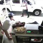 【動画】店で食事を買おうとした3人の男性が武装強盗に襲われ撃ち殺されてしまう