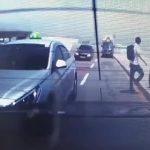 【動画】空港で客を降ろしたタクシー運転手に猛スピードの車が突っ込む
