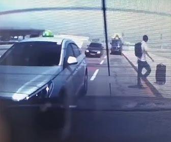 猛スピードの車が突っ込む