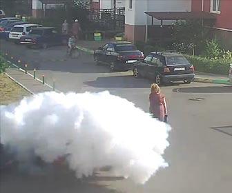 車のトランクが大爆発