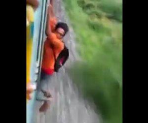 電車から落下してしまう少年