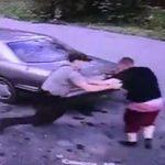 【動画】警察官に逮捕されそうになるが必死に抵抗し車で走り去る男
