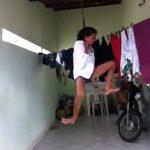 【動画】女性が自分で首を吊るが気が変わり生きようと必死にもがく