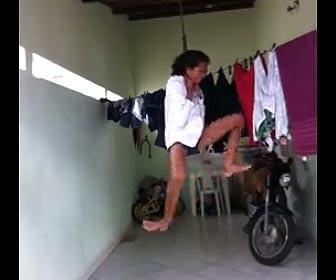 自分で首を吊る女性