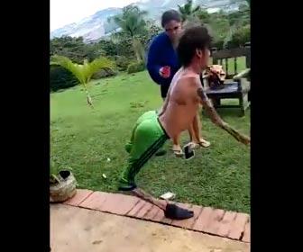手足が細い男性のダンス