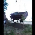 【閲覧注意動画】横転したダンプカーをクレーンで持ち上げるがケーブルが切れ下にいた作業員が…