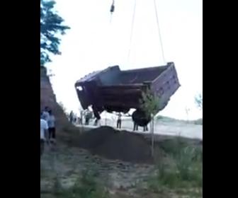 クレーンで持ち上げたダンプカー