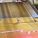 【動画】自転車に乗る女性が動いている可動橋に入ってしまい落下