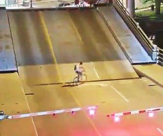 可動橋に自転車が転落