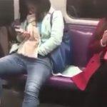 【動画】電車内で女性が周りの目を気にせず股間を触りまくる