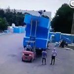 【動画】パネルに乗った作業員をフォークリフトで持ち上げるがパネルが傾き作業員が落下