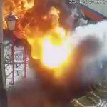 【動画】突然歩道からガスが噴き出し大爆発。炎が作業員に襲いかかる