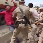【動画】抗議デモする学生が警察に棒で殴られ倒れた所をタンクローリーに轢かれてしまう