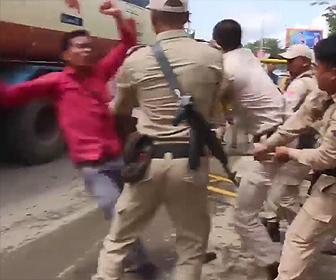 抗議デモする学生が轢かれる
