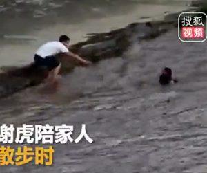 溺れている少年を助ける警察官