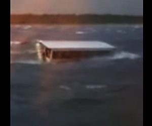 ダックボートが転覆