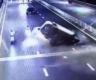 反対車線に突っ込む事故