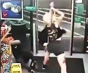 斧で襲いかかる女