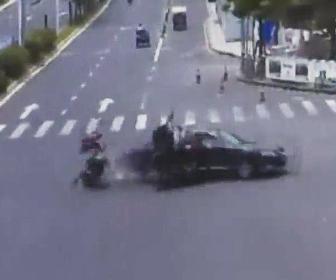 左折車にバイクが激突