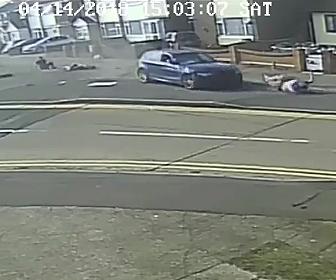 車が歩道に突っ込む