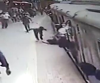 電車に引きずられる女性