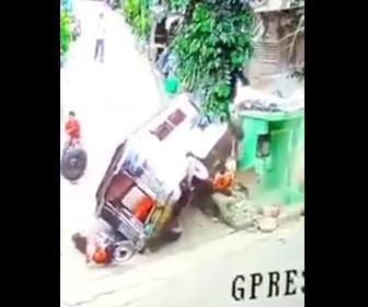 乗り合いタクシーがバイクに突っ込む