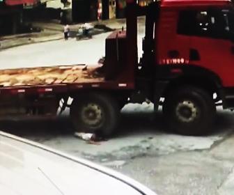 少年がトラックに轢かれる