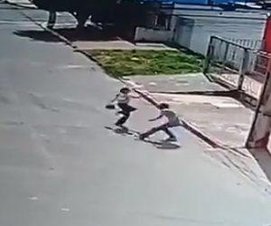 強盗に襲われる女性