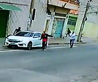 強盗が警察官に撃たれる