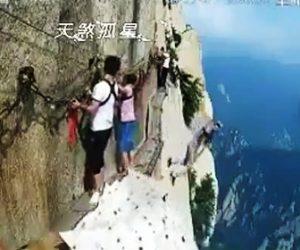 断崖絶壁から取り降りる男
