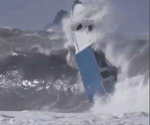 大波でボートが転覆