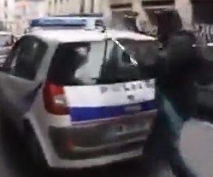 警察車両を襲う若者