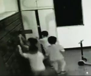ロッカーが倒れ少年が下敷きに