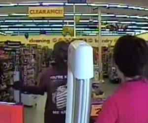 泥棒が女性店員に襲いかかる