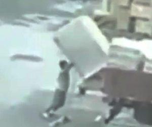 荷物に潰される男性