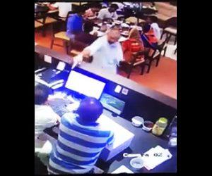 レストランで銃を撃ちまくる客