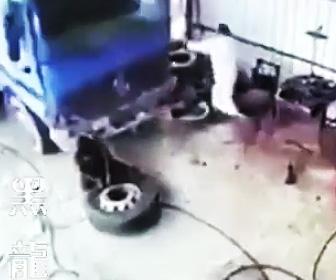 トラックが突っ込む